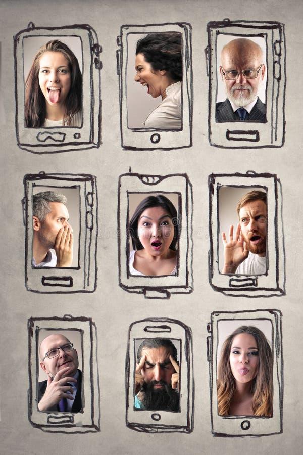 La gente e smartphones fotografie stock libere da diritti