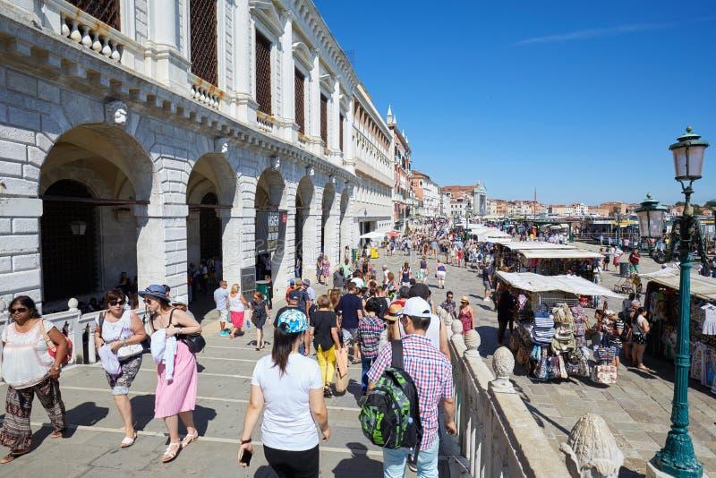 La gente e turisti a Venezia vicino al quadrato di San Marco in un giorno di estate soleggiato in Italia fotografie stock libere da diritti