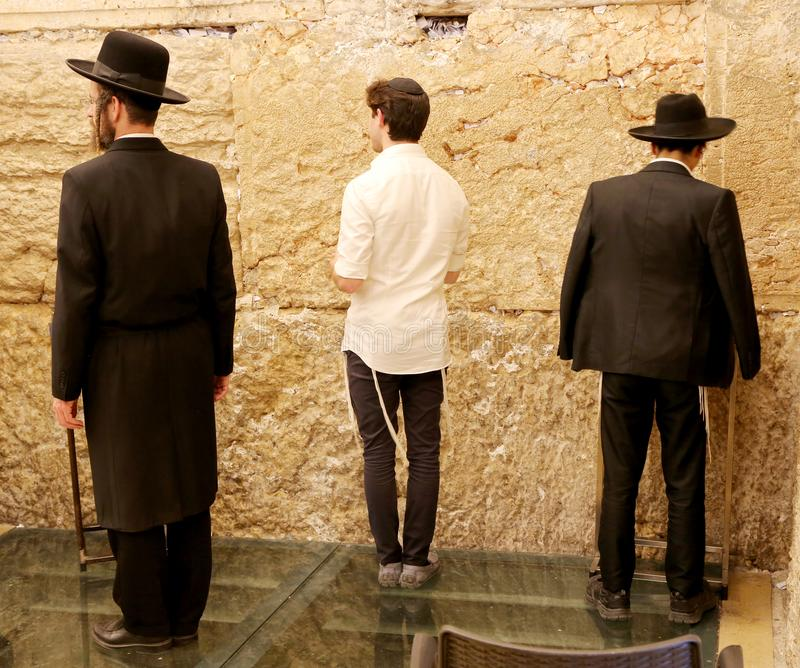 La gente ebrea ha letto la preghiera vicino alla parete lamentantesi occidentale fotografie stock
