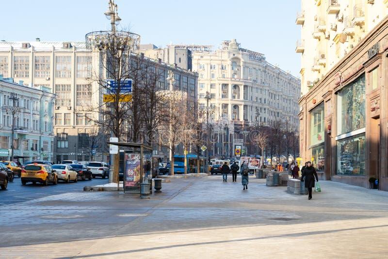 La gente ed automobili alla via di Tverskaya a Mosca fotografie stock libere da diritti