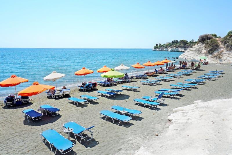 La gente el vacaciones tiene el resto en la playa del gobernador en día de verano soleado imagenes de archivo
