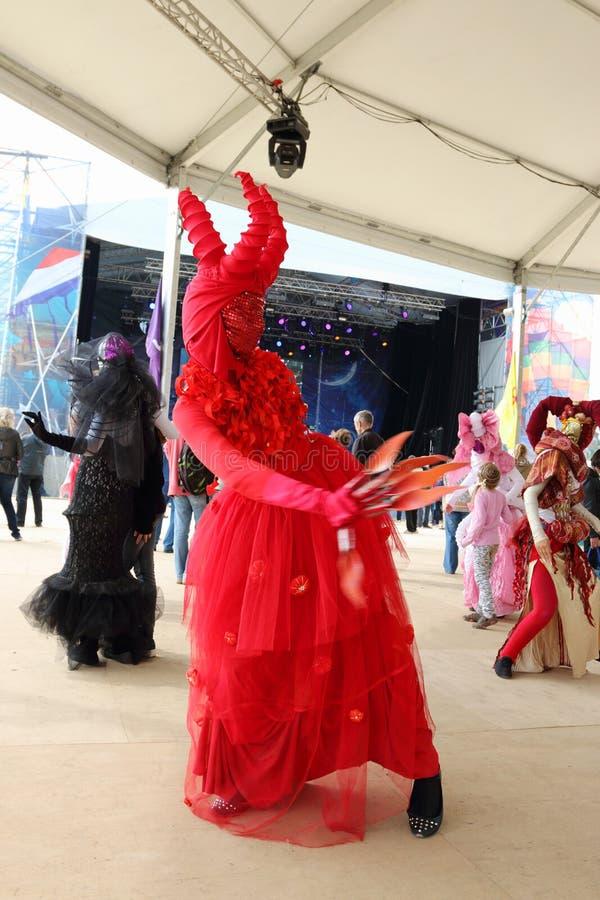 La gente en danza del traje en teatros de la calle muestra en las noches blancas del festival del aire abierto foto de archivo libre de regalías
