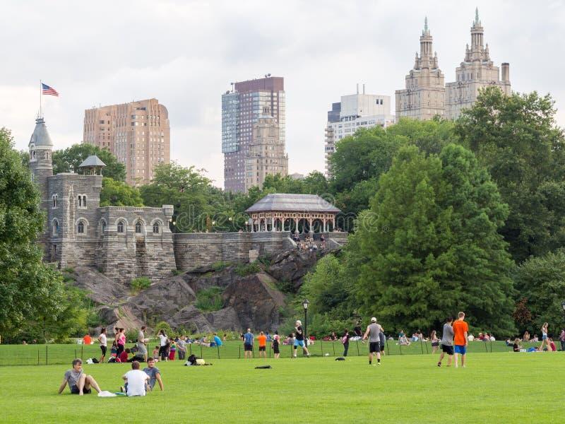 La gente en el Central Park en Nueva York cerca del belvedere se escuda foto de archivo