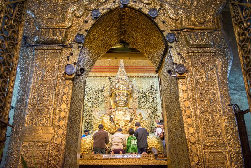La gente en el lavado Mahamuni Buda hace frente a ceremonia en el templo de Mahamuni en el lugar famoso de Mandalay para el turis imágenes de archivo libres de regalías