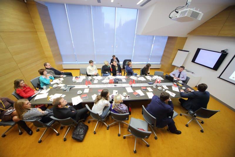La gente en la sala de conferencias en negocio desayuna imagen de archivo libre de regalías