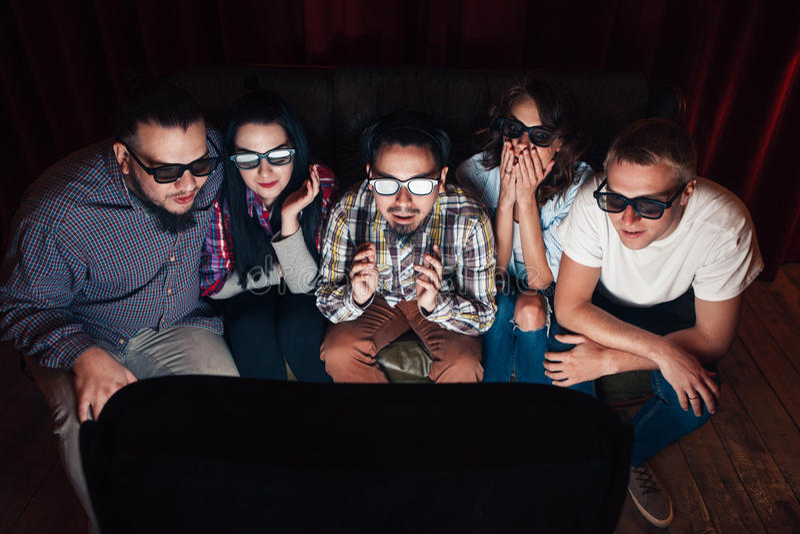 La gente en los vidrios 3d ve la TV, sorprendente por efectos fotografía de archivo libre de regalías