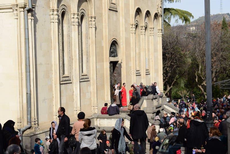 La gente en Tbilisi está recolectando en la iglesia y está llevando a cabo un activitie religioso foto de archivo libre de regalías