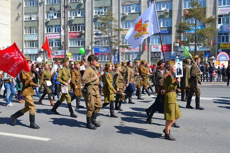La gente en un uniforme militar participa en la demostración en hon imagen de archivo libre de regalías