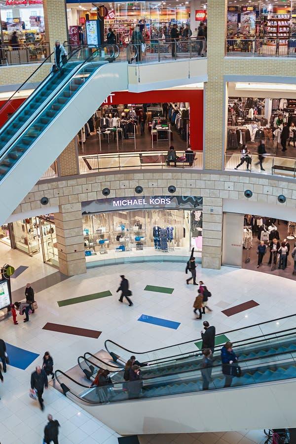 La gente entra al centro comercial de la metrópoli en Moscú, Rusia imagen de archivo libre de regalías