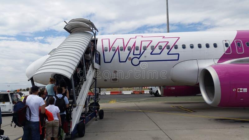 La gente entra nell'aeroplano di Wizzair immagine stock libera da diritti