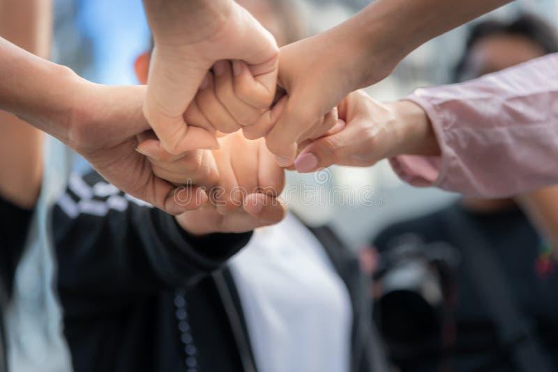 La gente es topetón del puño para expresar trabajo en equipo imagen de archivo