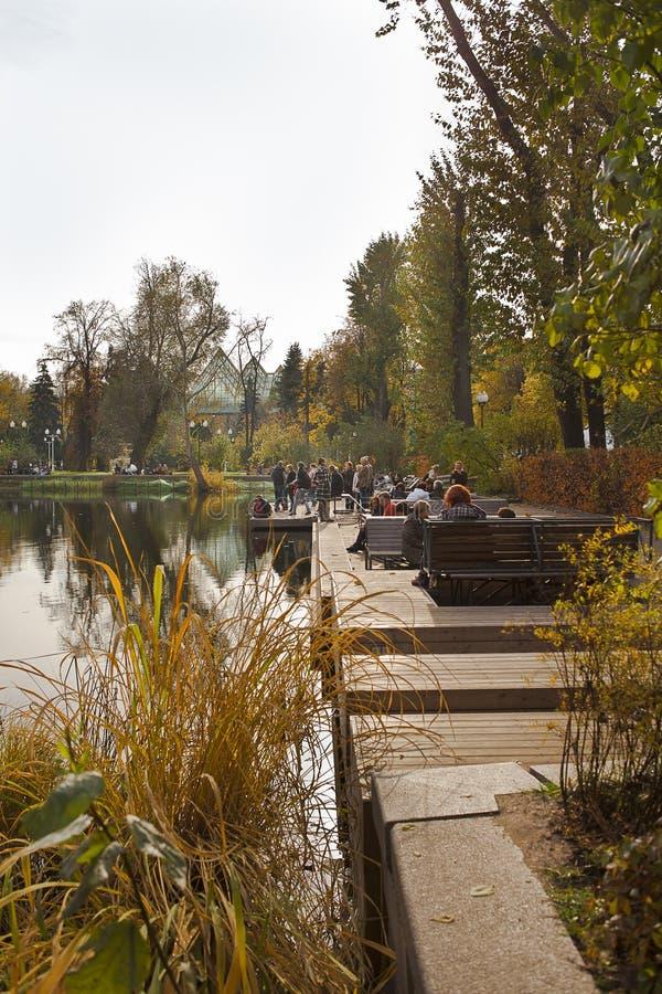 La gente es walikung en el parque Otoño imágenes de archivo libres de regalías