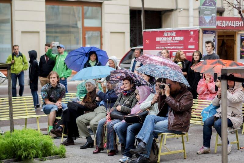 La gente escucha un concierto debajo de los paraguas en un día lluvioso St Petersburg Verano 2016 fotografía de archivo libre de regalías