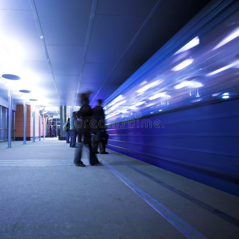 La gente espera el tren imagen de archivo libre de regalías