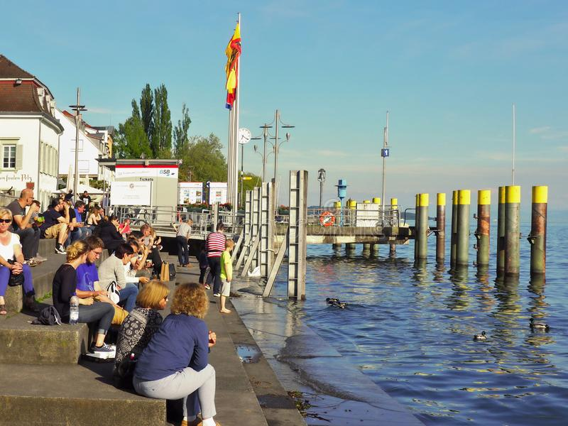 La gente espera en el embarcadero en el lago de Constanza fotografía de archivo