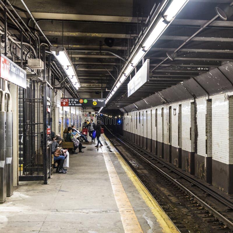La gente espera en la 9na calle de la estación de metro en Nueva York fotografía de archivo libre de regalías