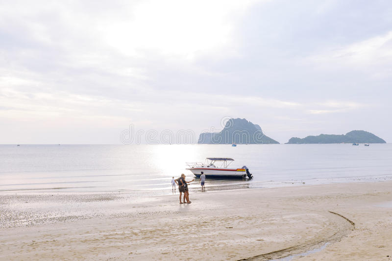 La gente espera y mira en orilla como barcos de pesca en el mar fotos de archivo libres de regalías