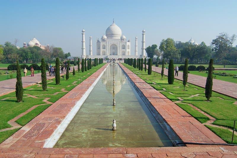 La gente esplora il mausoleo di Taj Mahal all'alba a Agra, India immagini stock