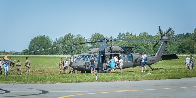 La gente esplora l'elicottero al airshow fotografia stock libera da diritti