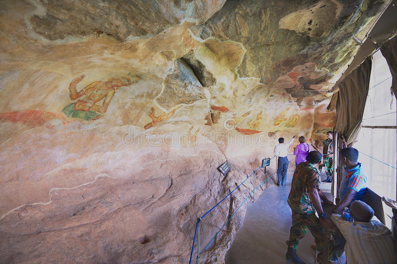 La gente esplora le pitture antiche alla roccia di Sigiriya in Sigiriya, Sri Lanka fotografie stock