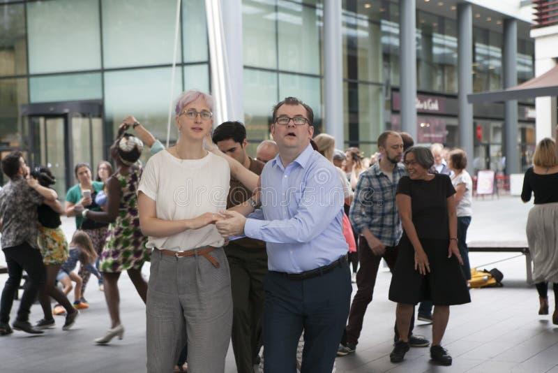 La gente está bailando el salto lindy alrededor del mercado de Spitalfelds imagen de archivo