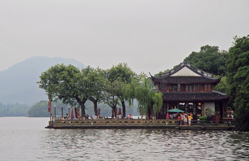 La gente está caminando en el parque del lago del oeste fotografía de archivo