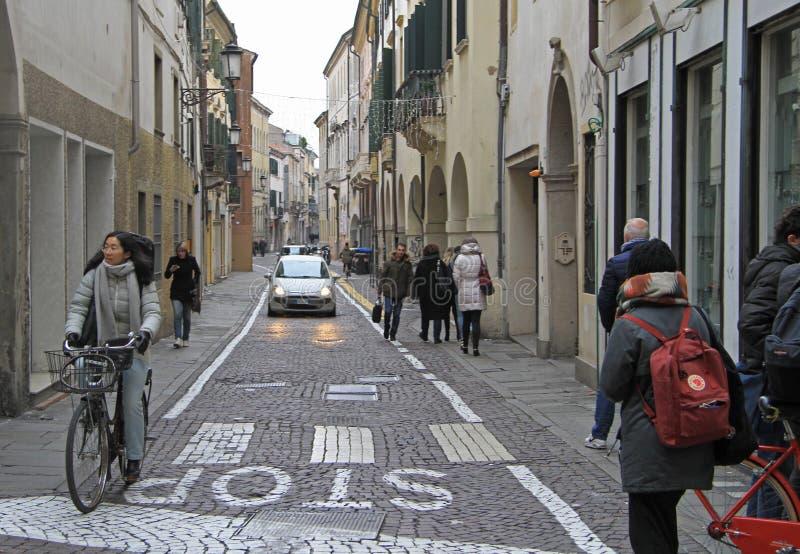 La gente está caminando en la calle en Padua, Italia foto de archivo