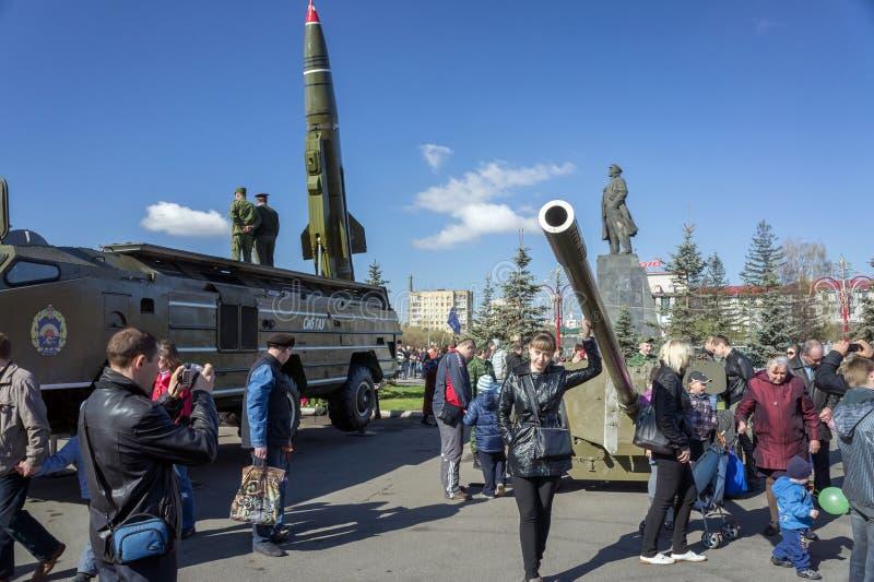 La gente está caminando entre la exposición de los armas grandes de la artillería en el cuadrado central de Krasnoyarsk, durante  imágenes de archivo libres de regalías