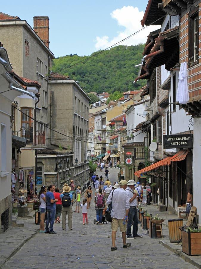 La gente está caminando por la calle estrecha en Veliko Tarnovo fotos de archivo