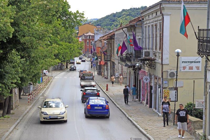 La gente está caminando por la calle estrecha en Veliko Tarnovo fotografía de archivo libre de regalías