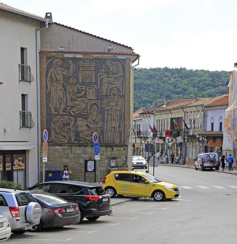La gente está caminando por la ciudad vieja en Veliko Tarnovo fotos de archivo libres de regalías