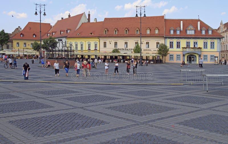 La gente está caminando por el cuadrado central en Sibiu, Rumania imagen de archivo