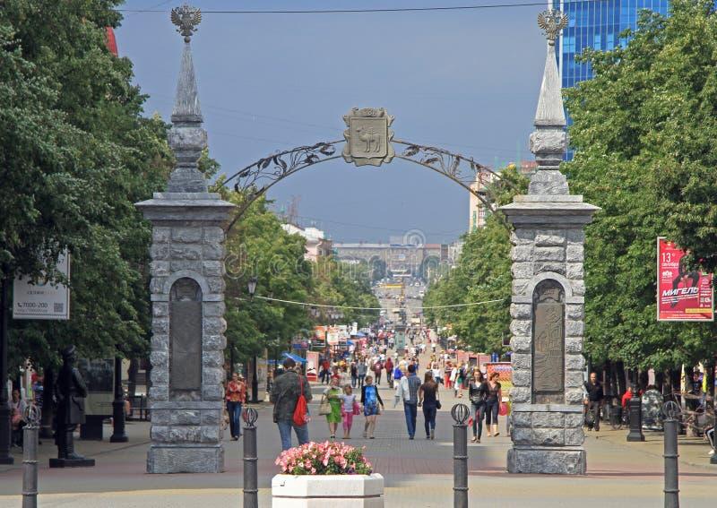 La gente está caminando por la calle peatonal en Cheliábinsk, Rusia foto de archivo