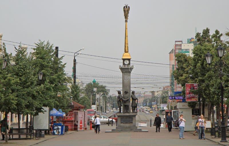 La gente está caminando por la calle peatonal en Cheliábinsk, Rusia fotografía de archivo