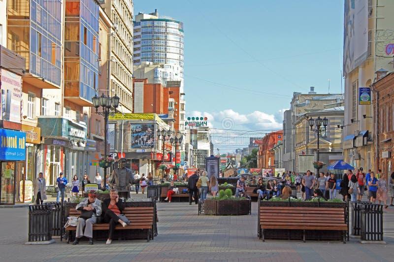 La gente está caminando por la calle peatonal en Ekaterimburgo imagen de archivo
