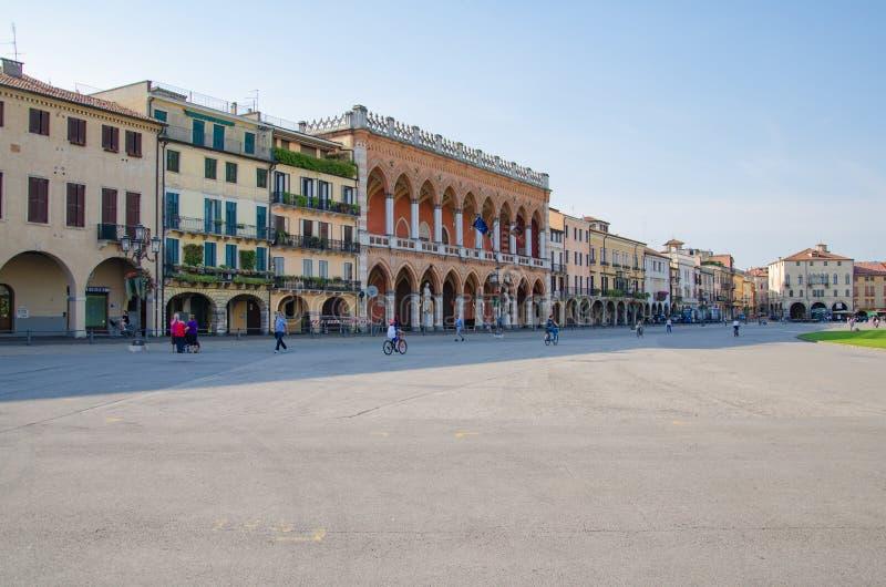 La gente está caminando a través de la plaza principal del della Valle de Prato en Padua, Italia foto de archivo