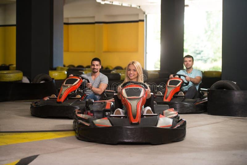 La gente está conduciendo el kart con velocidad en Karting fotos de archivo libres de regalías