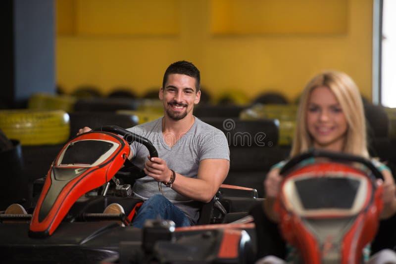 La gente está conduciendo el kart con velocidad en Karting fotos de archivo