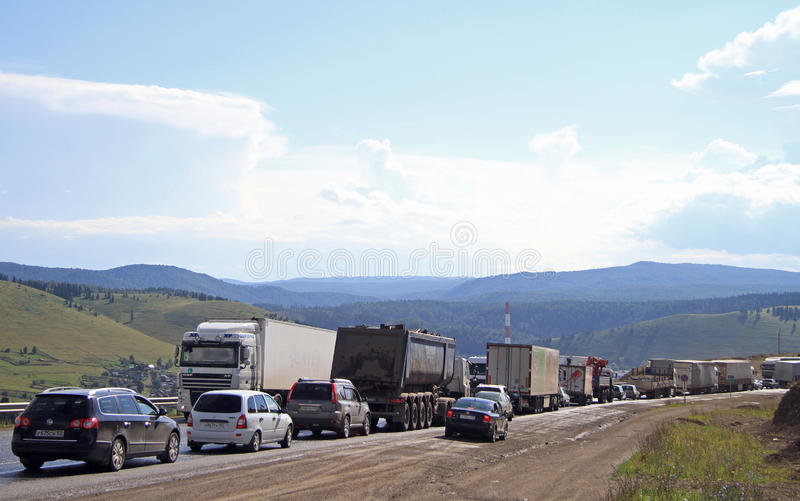 La gente está conduciendo los coches en el pueblo Sim de la congestión de tráfico casi foto de archivo libre de regalías