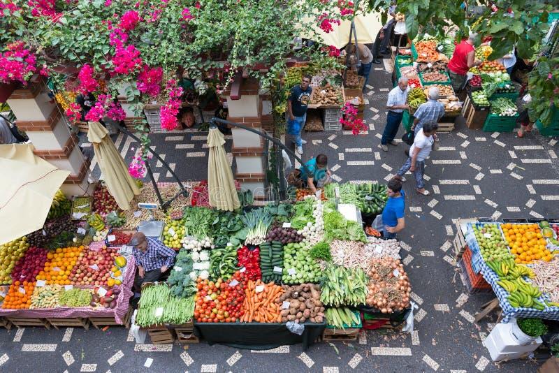 La gente está haciendo compras en el mercado vegetal de Madeira, Portugal imagen de archivo libre de regalías