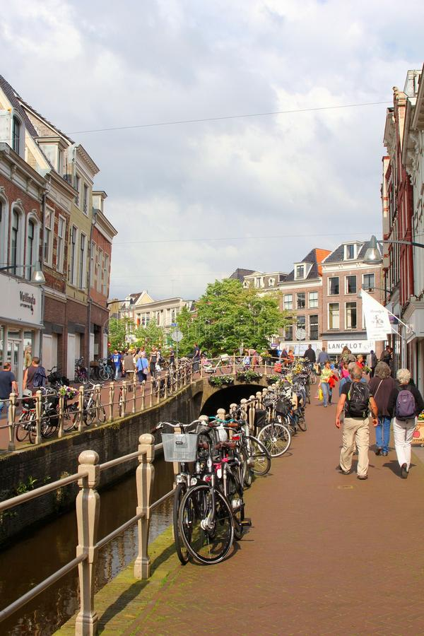 La gente está haciendo compras a lo largo de un canal en Leeuwarden, Friealand, Países Bajos fotos de archivo libres de regalías