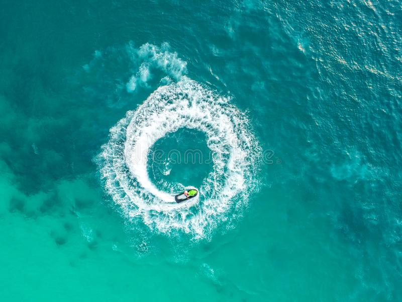 La gente está jugando un esquí del jet en el mar Silueta del hombre de negocios Cowering Visión superior E imagen de archivo