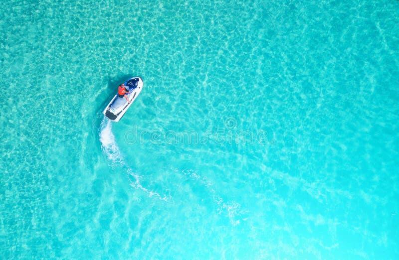 La gente está jugando un esquí del jet en el mar Silueta del hombre de negocios Cowering Visión superior E fotografía de archivo
