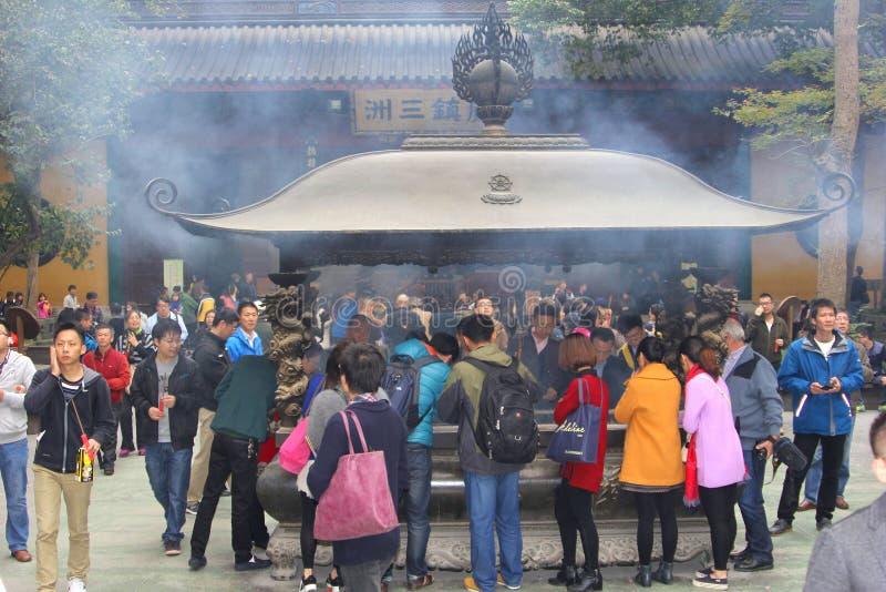 La gente está quemando el incienso, un ritual religioso en el Lingyin Temple confuciano, Hangzhou, China imágenes de archivo libres de regalías