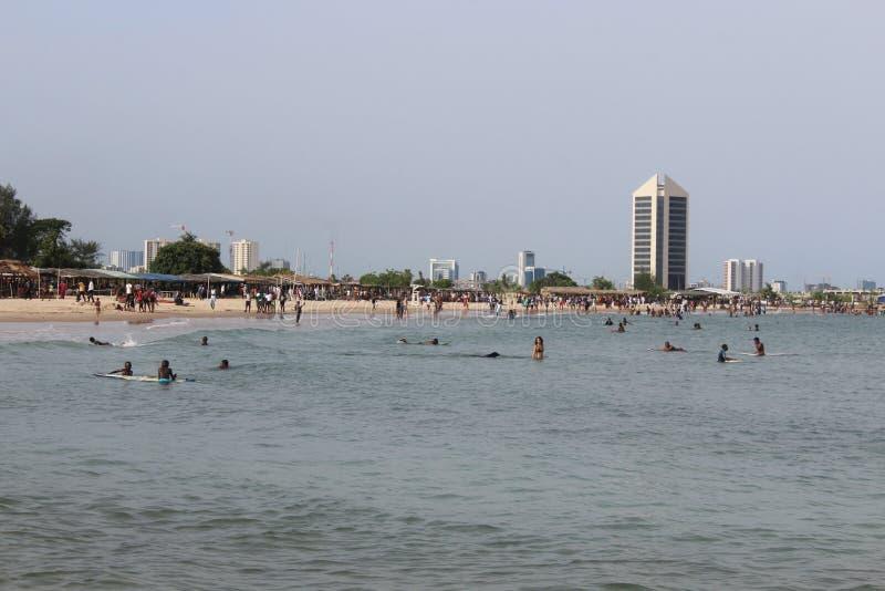 la gente está reconstruyendo en la playa de Tarkwa de Lagos fotografía de archivo libre de regalías