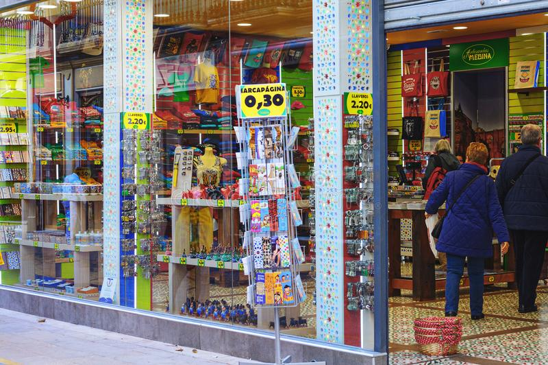 La gente está visitando la tienda de souvenirs con los productos españoles tradicionales imágenes de archivo libres de regalías
