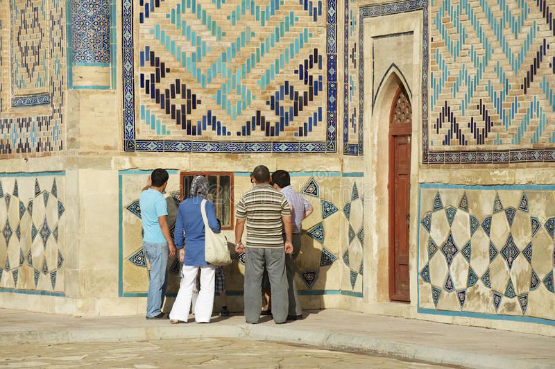 La gente explora el mausoleo de Khoja Ahmed Yasavi en Turkistan, Kazajistán fotografía de archivo