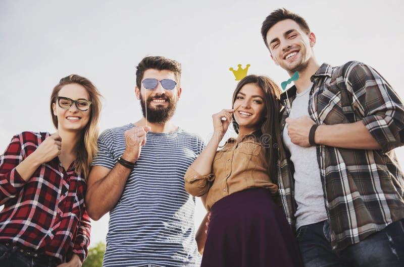 La gente feliz joven se divierte al aire libre en otoño imagen de archivo libre de regalías