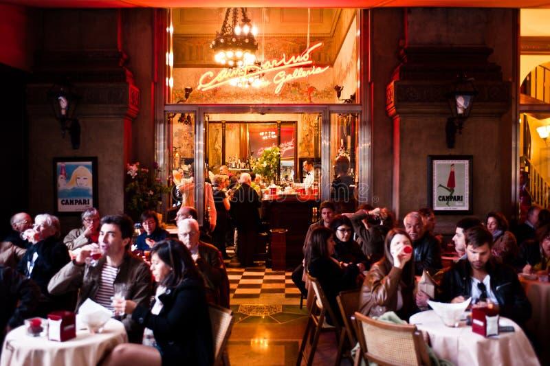 La gente gode dell'aperitivo italiano tradizionale fotografia stock