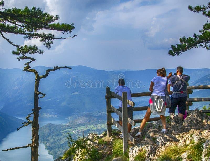 La gente gode della vista del fiume Drina immagine stock